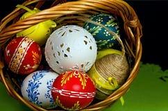 Beaux oeufs de pâques découpés et peints renversants de différentes couleurs Tradition chrétienne pendant les grandes vacances de photo libre de droits