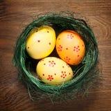 Beaux oeufs de pâques dans le nid photographie stock