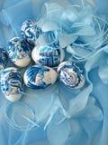 Beaux oeufs de pâques sur le bleu Photo libre de droits