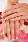 Beaux ongles de manucure avec des roses images stock