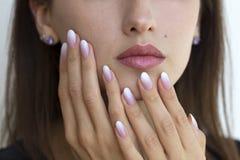 Beaux ongles du ` s de femme avec le bel ombre de manucure française Photographie stock libre de droits