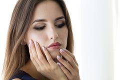 Beaux ongles du ` s de femme avec le bel ombre de manucure française Photo stock