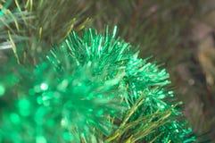 Beaux ornements de scintillement sur l'arbre de Noël devant les vacances Image libre de droits