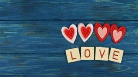 Beaux ornements rouges de coeur sur un fond en bois sur des amants Images libres de droits