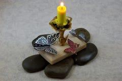 Beaux papillons volant dans une flamme de bougie chaude image libre de droits