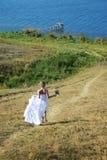 Beaux passages de mariée vers le fleuve Photographie stock libre de droits