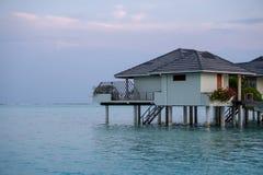 Beaux pavillons de luxe d'isolement Maldives de l'eau dans l'oc?an vert bleu des Maldives photographie stock libre de droits