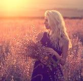 Beaux paysage et couples dans l'amour avec des fleurs sur le coucher du soleil Photographie stock