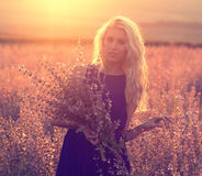 Beaux paysage et couples dans l'amour avec des fleurs sur le coucher du soleil Photo stock