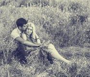 Beaux paysage et couples dans l'amour avec des fleurs sur le coucher du soleil Rebecca 36 Images stock