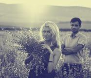 Beaux paysage et couples dans l'amour avec des fleurs sur le coucher du soleil Rebecca 36 Photos libres de droits