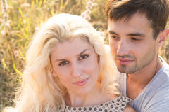 Beaux paysage et couples heureux de personnes dehors dans l'esprit d'amour Photo stock