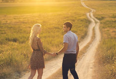 Beaux paysage et couples heureux de personnes dehors dans l'esprit d'amour Photographie stock libre de droits