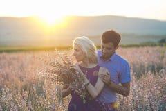 Beaux paysage et couples heureux de personnes dehors dans l'esprit d'amour Photographie stock