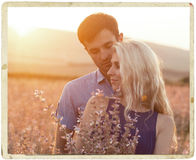 Beaux paysage et couples heureux de personnes dehors dans l'esprit d'amour Images stock