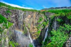 Beaux paysage et paysage de falaise de cascade, Norvège Image libre de droits