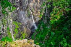 Beaux paysage et paysage de falaise de cascade, Norvège Photographie stock libre de droits
