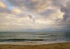 Beaux paysage marin, lever de soleil, nuages et vagues Images stock