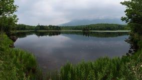Beaux paysages tranquilles avec de l'eau se reflétants du Shiretoko 5 lacs Photos stock