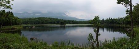 Beaux paysages tranquilles avec de l'eau se reflétants du Shiretoko 5 lacs Photos libres de droits