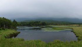 Beaux paysages tranquilles avec de l'eau se reflétants du Shiretoko 5 lacs Image libre de droits
