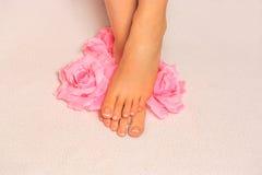 Beaux pieds avec le clou français pedicure Photo libre de droits