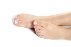 Beaux pieds avec le pedicure français parfait de station thermale Photos libres de droits