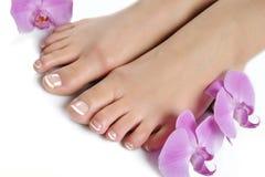 Beaux pieds avec le pedicure français parfait de station thermale Images libres de droits
