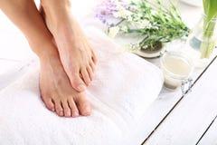 Beaux pieds femelles, lisse et ordonné Photographie stock libre de droits