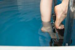 Beaux pieds femelles sur les étapes de la piscine Photos stock