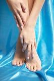 Beaux pieds manicured avec un pedicure soigné images libres de droits