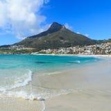 Beaux plage et Lion Head Mountain Chain de baie de camps Image stock