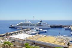 Beaux ports avec beaucoup de yachts au Monaco images libres de droits
