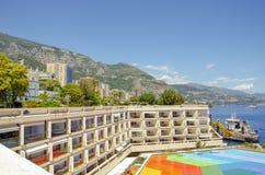 Beaux ports avec beaucoup de yachts au Monaco et des jardins pleins des fleurs image libre de droits