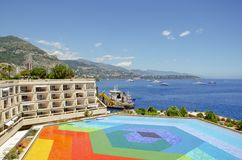 Beaux ports avec beaucoup de yachts au Monaco et des jardins pleins des fleurs photos libres de droits