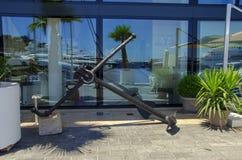 Beaux ports avec beaucoup de yachts au Monaco et des jardins pleins des fleurs photos stock