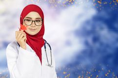 Beaux position et sourire de docteur de praticien au-dessus de fond abstrait Images stock