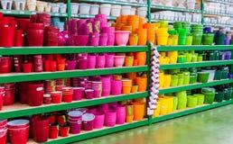 Beaux pots de fleur colorés sur les étagères d'une boutique des biens d'équipement ménager de jardin Images stock