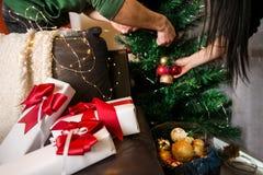 Beaux présents sous l'arbre de Noël, photographie stock