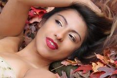 Beaux regards hispaniques de fille à partir de l'appareil-photo avec le léger sourire Photo libre de droits