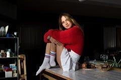 Beaux repos blonds de femme sur le comptoir de cuisine image stock