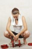 Beaux repos de fille après exercice Image stock
