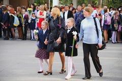 Beaux, richement et solennellement habillés enfants avec des fleurs au festival d'école de la connaissance Photographie stock libre de droits