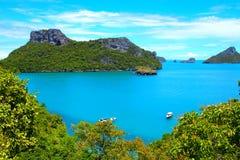 Beaux rivages de nuages et océan bleu, arbres verts de mountin image stock
