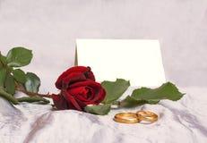 Beaux rose de rouge et anneau de mariage photo libre de droits
