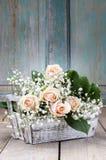 Beaux roses et paniculata roses de gypsophila (Bébé-souffle Photographie stock