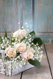 Beaux roses et paniculata roses de gypsophila (Bébé-souffle la Floride Image libre de droits