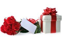 Beaux roses et présent rouges Photo stock