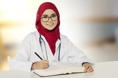 Beaux séance et sourire de docteur de praticien au-dessus de fond abstrait Image libre de droits