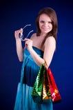 Beaux sacs à provisions de fixation de jeune femme images libres de droits